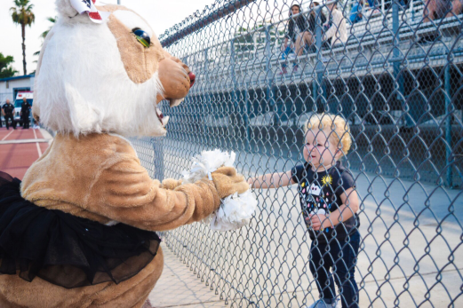 Wanda Wildcat, sophomore Victoria Rojas, meets a young Wildcat fun on the side of Dodge Field in Redlands, California on Friday, Aug. 28, 2018. (Stephanie Duong/Ethic Photo)